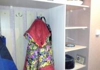 Встроенный шкаф в прихожей на даче
