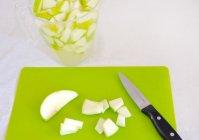 Сладкий фруктовый салат со сникерсом